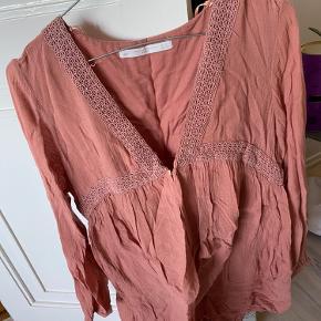 Rigtig fin sommerkjole fra Zara Skal blot stryges  Den sælges fordi den er for stor Skriv for information!
