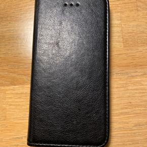 Lækkert cover til IPhone 7 + med plads til 3 kreditkort. Fremstår som nyt. Ægte læder.