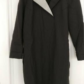 Str. 42. Virkelig speciel kjole med flot detalje v.hals. Kan styles på mange måder, f.eks med lækre læderleggings ??. Ægte vinterkjole. Obs! Den ser kortud på billedet,  men den når mig til 5cm over knæ, og jeg er 175 cm høj.