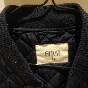 """Kort termojakke fra Envii i blå. Kan bruges som jakke om foråret/sommer og kan bruges indenfor om vinteren, som en """"trøje""""."""