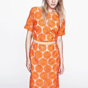 Baum und pferdgarten orange højtaljet nederdel. Det fineste blondestof med indsyet underkjole. Aldrig været brugt. Kom med et bud. Nypris: 1200 kr Der står str 34 i nederdelen, men den er nærmere en 36/38