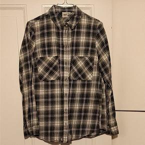 """Fin bomuldsskjorte i et nyt take på det klassiske """"skovmandsskjorteprint"""" 💚💙"""