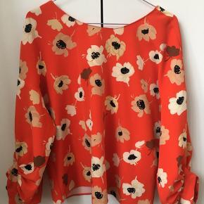 Blomstret bluse. Brugt 10-15 gange.