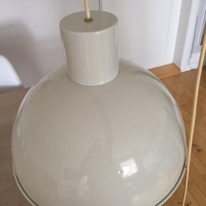 Har to af de her fine Jo Hammersborg lamper. De er pæne men med lidt patina. De er 35 cm i diameter og 27 cm høje. Stk. pris 850kr. Samlet pris 1400kr.