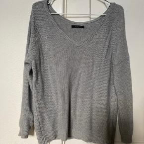 Sælger min fine MOHITO oversized langærmede basic V-cut knit i grå str. small  Den er som ny, da den kun er brugt enkelte gange.   Sælges da jeg ikke bruger den længere.   NP: 249,95kr  Mp: BYD   OBS:‼️ sælger lige nu - billigt - ud af en masse forskelligt mærketøj, tjek det ud! 🔆 🍒