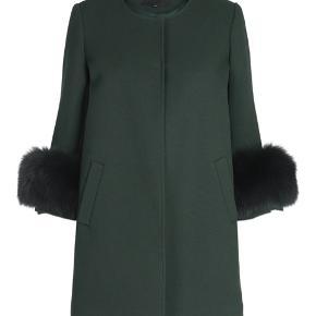 Sælger denne smukke grønne frakke fra Meotine i str M/L Den er aldrig brugt og har stadig prismærke i