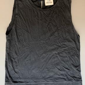 Top med detalje på ryggen / lidt forvasket med er 100% bomuld så kan indfarves med sort farve i vaskemaskinen