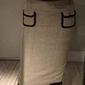 Varetype: Pencil Farve: Creme Oprindelig købspris: 1600 kr. Prisen angivet er inklusiv forsendelse.  Fin nederdel fra MB, sidder så pænt. Bytter ikke..