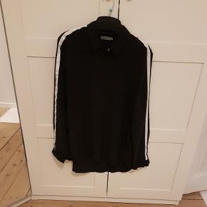 Rigtig lækker silke skjorte, er kun prøve men ikke brugt