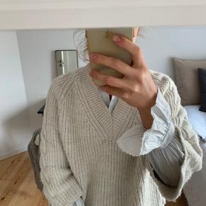 Virkelig fin sweater med fine detaljer og v-udskæring 🤍