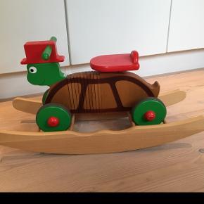 Sødt skilpadde-køretøj fra House of Expression i malet træ. Mederne kan nemt og hurtigt sættes på så det bliver en gyngehest. Den er i rigtig god stand men med små brugsspor. Nypris 600 kr.
