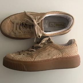 Næsten helt nye Puma sneakers, desværre købt et nr for småt så kun brugt få gange.