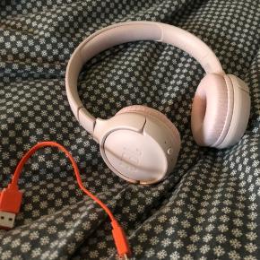 JBL Tune 500 trådløse hovedtelefoner  Fik dem i julegave og de er brugt få gange!  God lyd og perfekte til hverdag som fx træning  Nypris er 400, tag dem for 175 😊  Har JBL pure bass lyd Oplader medfølger - de holder ca 16 timer af gangen
