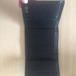 Fin Prada pung i god stand, men har dog været brugt i en kortere periode. Æske medfølger.