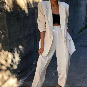 """Jeg sælger disse fine bukser, købt fra en amerikansk vintage side """"Elia Vintage"""" til 900,-. Størrelsen kan passes af både medium og small. De er dog en my mere sandfarvet end på billedet. Sælges da jeg har købt et par der minder om, som jeg hellere vil have :)"""