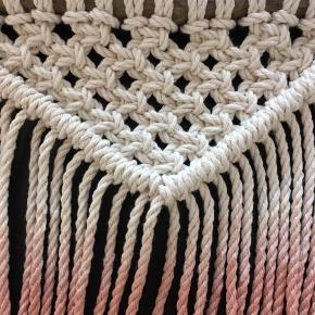 Håndknyttet og håndfarvet mini vægtæppe. Lavet af bomuldssnor og drivtømmer fra Jyllands kyst. Farvet med naturlig avocado 🥑 farve.  Se billeder for mål 😊