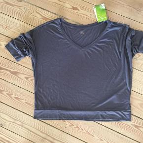 Brand: Active Limited Varetype: top bluse Farve: Koksgrå Oprindelig købspris: 150 kr.  Dejlig Yoga bluse med tags.