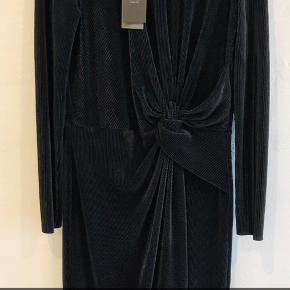 Ny kjole med glimmer. Stadig med mærke