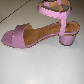 Sælger disse flotte sko fra Stine Goya 💜 Np: 1800 Realistiske bud modtages også  Jeg er selv en blanding af str. 37 og 38 i sko, så for mere information, skriv endelig!   Brugt maks to gange; hvilket ses på skoen, da der ingen brugsspor er at se på den. De eneste brugsspor der er, er under skoen - hvilket jo ikke ses 💜👍🏼  Sælges udelukkende fordi jeg ikke får dem brugt