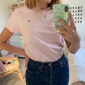 Pastel lyserød Tommy Hilfiger t-shirt med V-hals 💗 Den er størrelse XS, men den er oversize - jeg er en størrelse S, og den virker stadig oversize på mig 🌸 Sælges da jeg ikke får den brugt, fejler intet!   Kommer fra røgfrit hjem ✨