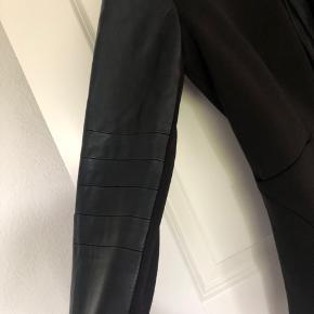 Super fin only blazer/jakke i str 36. Den er kun brugt få gange. Fremstår som ny