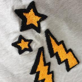 Sweatshirt med lyn. Model: Belinda. Den har aldrig været på.  Mærkerne er klippet ud. Den måler 120 om brystet og den er 58 lang. #30dayssellout