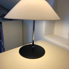 Smuk Opala Opala bordlampe tegnet af Hans J. Wegner. Det er en ægte og stilfuld klassiker. Skærmen er udført i slagfast akryl og med sort top og fod - og stangen er i højglansforkromet stål.  Lampen er i meget fin stand - og tæt på som ny.  Størrelsen er en (mini): Ø: 34,5cm / H: 43cm  Fast pris - kan afhentes i Silkeborg.