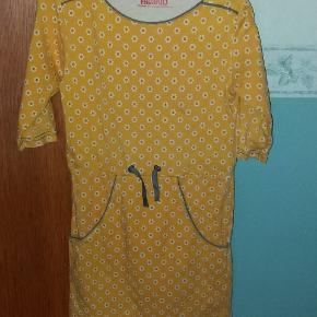Skøn Gul kjole med 3/4 ærme, lommer og snøre i livet.