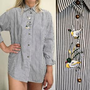 Lækker vintage skjorte med søde broderede ænder og fine knapper. Bomuld.