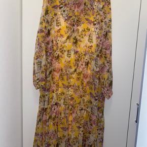 Der medfølger en gul underkjole med til kjolen, så den ikke er gennemsigtig