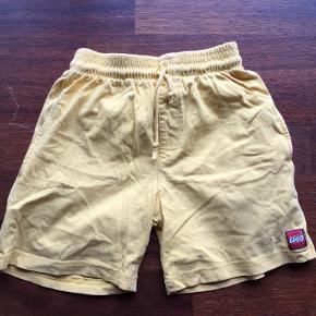 Smarte Lego shorts. Passer til både drenge og piger.  Se også mine øvrige annoncer. Bytter ikke. (13)