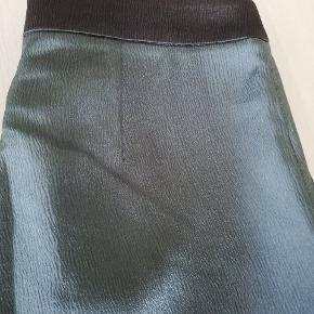 Fede bukser fra skønne Custommade, som jeg desværre ikke kan passe. De er i skinnende grøn. Super fede. Jeg kan ikke finde en str i dem, men er ret sikker på, at de er str 38.