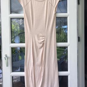 Super flot og velholdt kjole fra Rosemunde i str small. Brugt og vasket få gange, og fremstår uden fejl og slid.