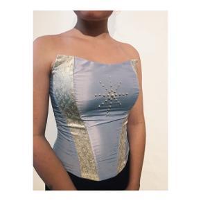 Todelt gallakjole med nederdel og corsage.  Corsagen er med snører i ryggen, og størrelsen kan derfor varieres.  Sættet er skræddersyet  Samlet pris 600 kr