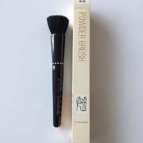 Nilens Jord Nr. 105 Black Diamond børste med stor overflade og tætte bløde hår. Specielt designet til at lægge en perfekt pudder eller foundation. Helt ny og ubrugt.