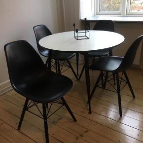 Spisebord m. 4 stole Samt plade til udvidelse af spisebordet.   Nypris 2.700 kr.   5 måneder gammelt. Kun brugt meget lidt.  Mål på spisebord: Længde 100 cm (150 cm m. plade) Bredde 100 cm    Materiale og farve: Bord i træ i hvid og sort Stole i plastik i sort