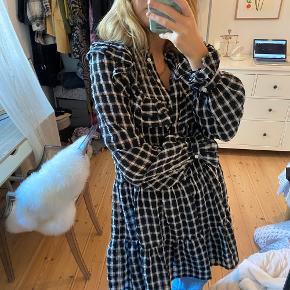 Sælger denne populære kjole fra h&m! Passes af en s-l, da den er meget rummelig 🖤