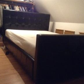 Meget flot sengeramme i sort læderlook fra ILVA til en 140x200 seng, uden madras.