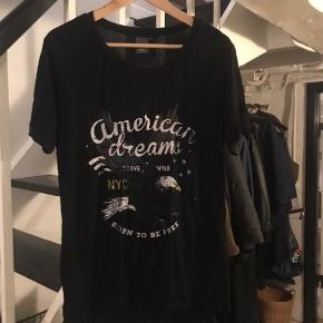 Super nice sort T-shirt med fedt print fra Ichi, sælges da den ikke bliver længere bliver brugt.