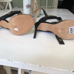 Disse lækre stiletter er købt på auktion  og brugt en gang af Madina . Flotte med pony pels og skal rundt om anklen . Hæl  10 cm