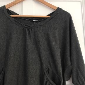 Fin bluse fra Minimum, brugt et par gange. Står som ny.  Str. XS men kan også passe en str. S (det er jeg). Den egner sig bedst til at komme ned i et par bukser eller en højtaljede nederdel.   Kan afhentes i Vejle eller Århus C, eller sendes på købers regning.