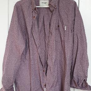 Rød / lilla meleret skjorte fra Carhartt str medium  Den er brugt et par gange, fremstår flot. Trænger til en strygning  Den sælges for 80kr eller 120kr inkl fragt med DAO