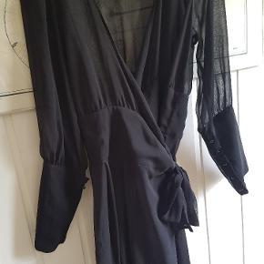 Smukkeste wrap vintage  kjole. Gennemsigtig. Knapper ved ærmerne. Pris er pp og evt gebyrer