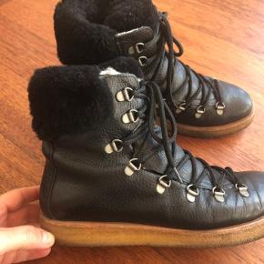 Varme støvler med snørelukning og foer. Nypris 1500. Brugt meget lidt fordi de er lidt for små til mig.