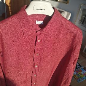 Italiensk hør skjorte fra Borriello Napoli, der har produceret skjorter i snart 4 årtier, findes også via FARFETCH. com eller tjek evt. mærkets egen hjemmeside ud. Str. Er angivet til 43/17 hvilket svarer til en XL. Skjorten er lavet af et lækkert hør stof og et med meget smukke knapper af  perlemor.