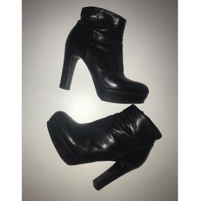 Super lækre læder støvler.Fået ny polering og hæl hos skomager. En lille rids i læderet ellers rigtig god stand. Hæl 12 cm med plateau foran. Nypris 1399 - BYD