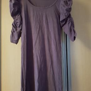 Lilla kort kjole fra Paprika. Sidder tæt til kroppen.  Str. L Pris 30 kr.