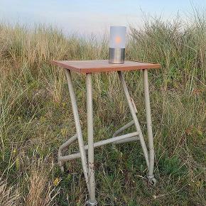 Teakbord på hjul. Sælges for 750 kroner. Befinder sig i Gentofte