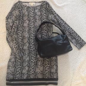Rigtigt lækker taske fra Esprit  Materiale : læder  Farver: sort  Str: 29 x 17 x 14 cm Kan sendes på købers regning  Eller hentes på Amager.  ❌ byttes ikke.