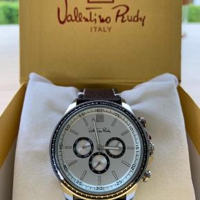 Flot Valentino Rudy ur med kunstlæder rem Skal have skiftet batteri Diameter: 45mm (uden krone) Tykkelse: 12mm  Er åben for bud